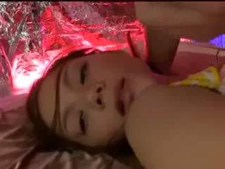 Slapen meisje met tied arms en benen getting haar poesje licked stimulated met vibrator door guy in masker op de bed