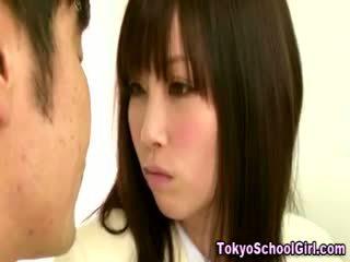 Japanska asiatiskapojke skol tuttarna squeezed