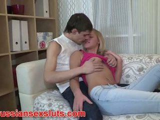 Russisch slet masha gives omhoog haar bips voor eerste tijd