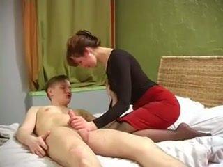 Penis di belahan dada milf dengan bagus muscles kacau oleh tidak dia putra