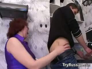 俄 母親 wants 一 年輕 公雞