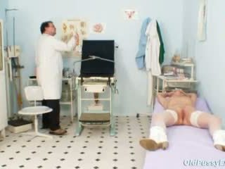 Blond oma multiple squirting gedurende een gyno checkup
