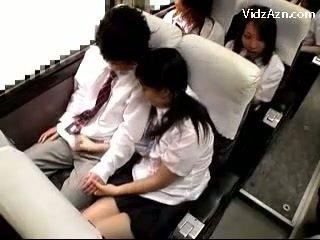 Mokinukė smaukymasis nuo guys varpa apie the schools autobusas kelionė