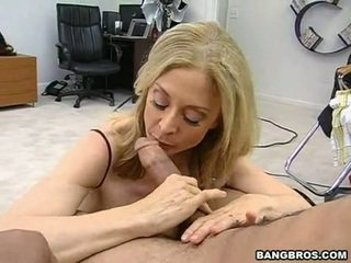 Sensuous momma nina hartley sits onto të saj heated muff pie onto një sausage si një dissolute lopare