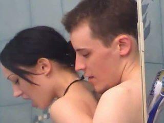Seksikas teismeline tüdruk gets fingered alla dušš
