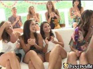 Grupa no uzbudinātas dāmas engulfing no a tumšs stripper