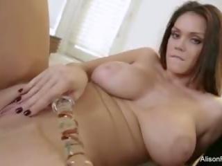 Rondborstig brunette alison speeltjes haar poesje en bips