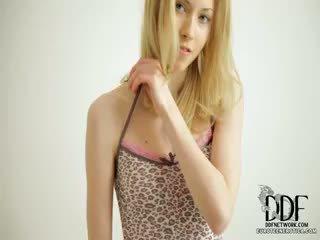 Søt camila strips & seduces