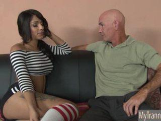 Bela quente ts jane marie anal pounded em um sofá