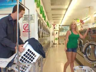 Superb sexy blondýnka kotě s přírodní velký kozičky doing výstřik v the washing obchod