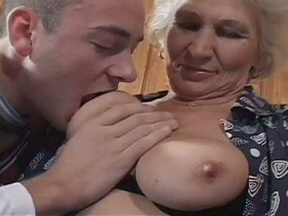 Blank haired oma becomes een gemeen hoer voor reusachtig jong lul