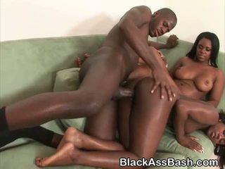 Melnas meitenes ar milzīgs asses fucked un sharing sejas masāža