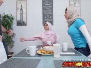 Bukuroshe mia khalifa qirje një kokosh me julianna vega