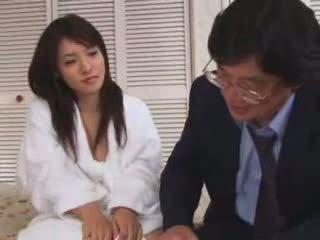 Jong aziatisch tiener geneukt door oud man