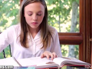 लेज़्बीयन स्कूलगर्ल gets पुसी eaten पर डेस्क