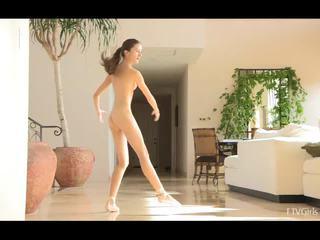 Claire stretching vervolgens doing ballet naar muziek