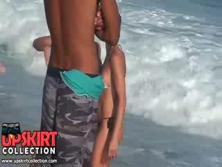 Yang warm laut waves are gently petting yang bodies daripada comel babes dalam panas seksi swimsuits