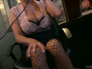 Pieptoasa kelly madison has fierbinte telefon sex în ei birou