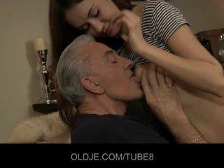 Teeny mažutė having analinis seksas su senas guy
