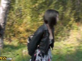 Lina succhiare cocks in un park per soldi