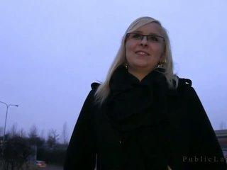 Blondine met bril neuken openlucht in dusk
