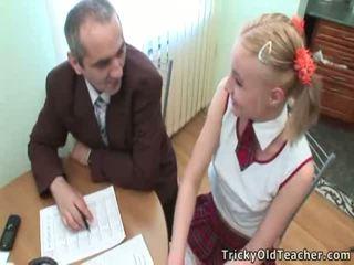 E lezetshme student pleases të saj i vjetër trajner për më shumë i shkëlqyer grades