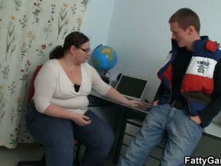 Mollig groot buik leraar seduces hem voor spelen <span class=duration>- 6 min</span>
