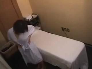 Aziatisch meisje gets meer dan een normaal massage