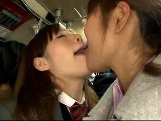 Shocked ιαπωνικό κορίτσι του σχολείου gets πατήσαμε επί ένα packed τρένο