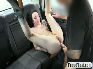 Tattooed paklīdusi sieviete ar nekaunīgas bumbulīši loves jāšanās taxi driver