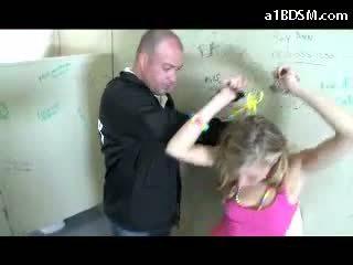 Gemeen blondine meisje getting gehandboeid poesje rubbed met baton giving pijpen voor de veiligheid guard in de publiek toilette
