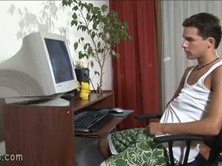 B-y sledování homosexuální video a stroking pryč