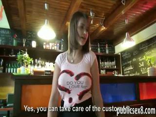 Eiropieši viesmīle ar liels krūtis gets banged par extra nauda