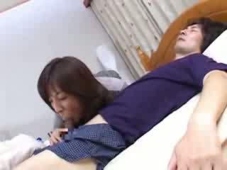 Nhật bản mẹ sneaks trong husbands anh em họ giường video