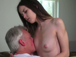 Innocent nena follada por grandfather - porno vídeo 771