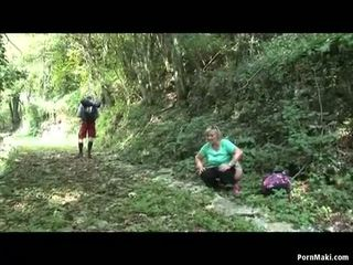 Regordeta abuelita takes dicking en la bosque
