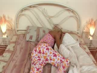 Blondie jerkingoff fora antes um sono