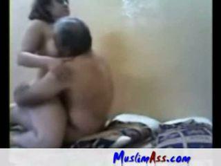 Arab slampa körd av gammal människa