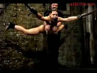 Gaja hanging em bondage nipple weights getting dela cona fingered tortured com água por mestre em o masmorra