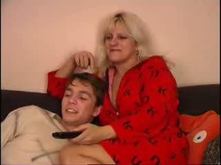 Mère et fils regarde tv sur canapé