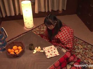 Curious pusaudze plays ar viņai matainas vāvere