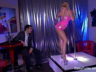 Sex stripper decides pentru da ei customers an extra lap dance