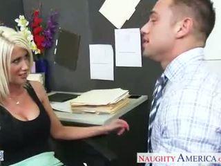 Rondborstig blondine riley jenner neuken in de kantoor