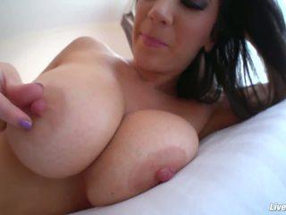 Viņa catches gigants melnas loceklis uz viņai holes un starp viņai krūtis.