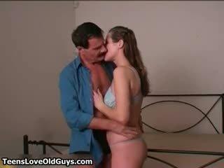 Vecs uzbudinātas vīrietis ir skūpstošie un hugging part4