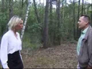 金发女郎 妻子 性交 在 森林