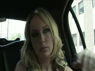 Blondine hoer penetrated over de limo