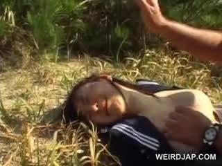 Innocent aziatisch school- meisje gedwongen in hardcore seks openlucht