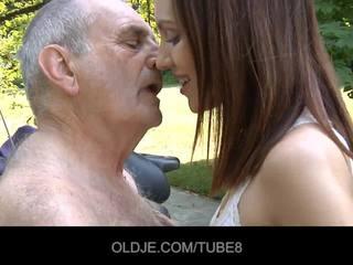 Ung ryska flicka rides verkligen gammal människa