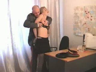 Penis di belahan dada unggul petugas abusing menurunkan ranked gadis soldier video